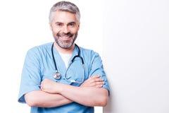 Chirurgo che pende allo spazio della copia fotografie stock libere da diritti