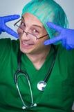 Chirurgo di medico che mostra le forbici Fotografie Stock Libere da Diritti