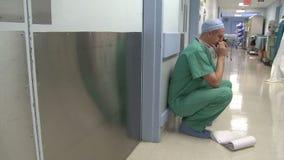 Chirurgo di preoccupazione di risultati dei test video d archivio