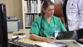 Chirurgo e radiografia e perizia medica d'esame di medico video d archivio
