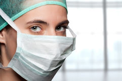 Chirurgo femminile con la maschera di protezione Immagini Stock Libere da Diritti