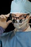 Chirurgo gettante uno sguardo Immagini Stock Libere da Diritti