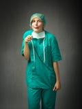 Chirurgo indicato con i fronti stupidi fotografia stock libera da diritti