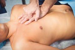 Chirurgo maschio che esegue rianimazione cardiopolmonare su un unco Fotografie Stock Libere da Diritti