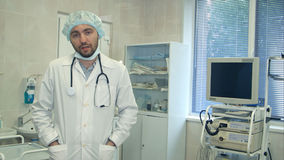 Chirurgo maschio che parla con macchina fotografica dopo la chirurgia Fotografie Stock