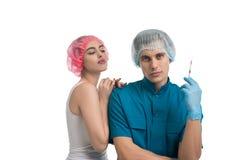 Chirurgo plastico con il suo paziente grazioso femminile Immagini Stock Libere da Diritti