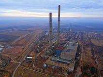 Chiscani - Braila - Romênia, cerca do dezembro de 2018, vista aérea das torres gêmeas de uma fábrica romena velha que rasing acim fotografia de stock
