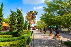 Chińscy antyczni budynki i złoty smok rzeźbią przy filarem Zdjęcie Royalty Free