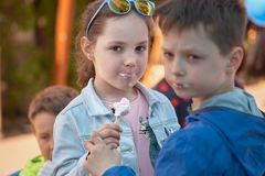 Chisinau, Δημοκρατία της Μολδαβίας - 10 Μαΐου 2019: το παγωτό διανέμεται δωρεάν, το κορίτσι με το αγόρι απολαμβάνει ένα παγωτό στοκ φωτογραφίες