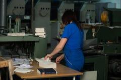CHISINAU, МОЛДАВИЯ - 26-ОЕ АПРЕЛЯ 2016: Работники в доме печатания Люди работая на печатной машине в фабрике печати Промышленное  Стоковое фото RF