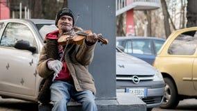 CHISINAU, EL MOLDAVIA - 28 DE DICIEMBRE DE 2016: Un hombre que juega en el violín en el centro de Chisinau, el Moldavia Fotografía de archivo libre de regalías