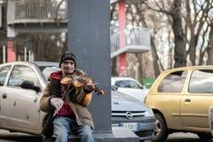 CHISINAU, EL MOLDAVIA - 28 DE DICIEMBRE DE 2016: Un hombre que juega en el violín en el centro de Chisinau, el Moldavia Imagen de archivo