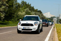 Chisinau, el Moldavia 14 de julio de 2016: Festival del club de Mini Cooper en el Moldavia MINI Cooper anaranjado en bosque oscur Fotografía de archivo