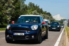 Chisinau, el Moldavia 14 de julio de 2016: Festival del club de Mini Cooper en el Moldavia MINI Cooper anaranjado en bosque oscur Fotos de archivo