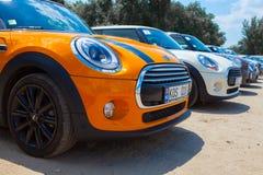 Chisinau, el Moldavia 14 de julio de 2016: Festival del club de Mini Cooper en el Moldavia MINI Cooper anaranjado en bosque oscur Imagen de archivo
