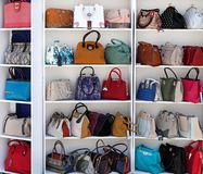 Chisinau, el Moldavia, el 25 de mayo, mercancías de cuero exposición, bolsos, Fotografía de archivo libre de regalías