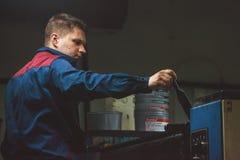 CHISINAU, MOLDAU - 26. APRIL 2016: Arbeitskräfte im Druckhaus Leute, die an Druckmaschine in der Druckfabrik arbeiten Industriell stockfotografie