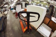 CHISINAU, MOLDAU - 26. APRIL 2016: Arbeitskräfte im Druckhaus Leute, die an Druckmaschine in der Druckfabrik arbeiten Industriell lizenzfreies stockfoto