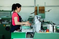 CHISINAU, MOLDAU - 26. APRIL 2016: Arbeitskräfte im Druckhaus Leute, die an Druckmaschine in der Druckfabrik arbeiten Industriell stockfotos