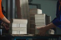CHISINAU, MOLDAU - 26. APRIL 2016: Arbeitskräfte im Druckhaus Leute, die an Druckmaschine in der Druckfabrik arbeiten Industriell Stockbild