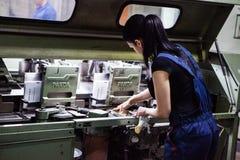 CHISINAU, MOLDAVIË - APRIL 26, 2016: De arbeiders in druk huisvesten Mensen die aan drukmachine werken in drukfabriek Industriële Royalty-vrije Stock Foto's