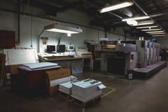 CHISINAU, MOLDAVIË - APRIL 26, 2016: De arbeiders in druk huisvesten Mensen die aan drukmachine werken in drukfabriek Industriële Royalty-vrije Stock Fotografie