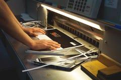 CHISINAU, MOLDAVIË - APRIL 26, 2016: De arbeiders in druk huisvesten Mensen die aan drukmachine werken in drukfabriek Industriële Stock Afbeelding