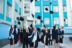 Chisinau, Moldavië - Juli 11, 2014: Graduatie, Studenten, Onderwijs Groep het Europese het Een diploma behalen Studenten Vieren 1 Stock Fotografie
