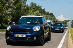 Chisinau, Moldavië 14 juli, 2016: Mini Cooper-clubfestival in Moldavië Oranje MINI Cooper in donker bos op 14 Juli, 2016 in Chi Stock Foto's