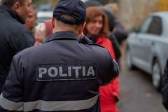 Chisinau, Moldavië, Novembe 12, 2018, N Dimostraat 7 2, Privé veiligheid geblokkeerde toegang tot onwettige bouw, mensen is royalty-vrije stock fotografie