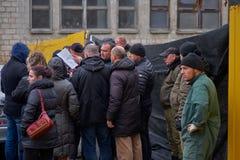 Chisinau, Moldavië, Novembe 12, 2018, N Dimostraat 7 2, Privé veiligheid geblokkeerde toegang tot onwettige bouw, mensen is stock foto