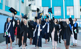 Chisinau, Moldavia - 11 luglio 2014: Graduazione, studenti, istruzione Gruppo di studenti di laurea europei che celebrano 11 lugl Fotografie Stock
