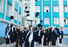 Chisinau, Moldavia - 11 luglio 2014: Graduazione, studenti, istruzione Gruppo di studenti di laurea europei che celebrano 11 lugl Immagine Stock