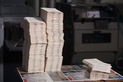 CHISINAU, MOLDOVA - 26 DE ABRIL DE 2016: Trabalhadores na casa de impressão Povos que trabalham na máquina de impressão na fábric imagens de stock royalty free