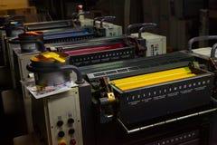 CHISINAU MOLDOVA, KWIECIEŃ, - 26, 2016: Pracownicy w drukowym domu Ludzie pracuje na drukowej maszynie w druk fabryce Przemysłowy zdjęcie stock