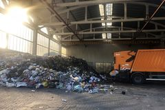 Chisinau, rep?blica de Moldova 2 de julho de 2019 - desperdice o plástico do lixo e os outros tipos do lixo, desperdício no local fotos de stock