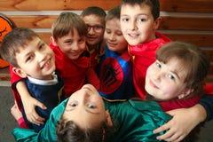 Chisinau, Republiek Moldavië - 12 December, 2017: Een groep jonge geitjes in superherokostuums speelt en koestert kijk omhoog Stock Fotografie