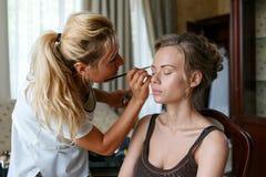 Chisinau, Republiek Moldavië - 29 Juli, 2017: Mooi bruidhuwelijk met make-up en kapsel De stilist maakt samenstellingsbruid op w royalty-vrije stock foto's