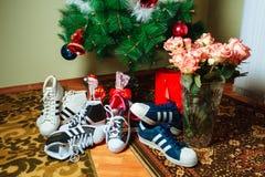 Chisinau, Republik von Moldau - 4. Januar 2016: Turnschuhe Superstarfirma Adidas auf Hintergrund des Weihnachtsbaums Lizenzfreies Stockfoto