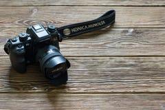 Chisinau, Republik von Moldau - 14. März 2018: dslr Kamera Minolta 7 und eine Linse auf hölzernem Hintergrund in Chisinau, Republ Lizenzfreie Stockbilder