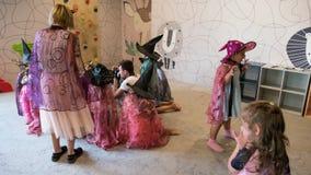 Chisinau, republika Moldova, Lipiec - 09, 2019: Wakacje dla dzieci Magiczny przedstawienie z opatrunkowym w górę kostiumów Dzieck zdjęcie wideo