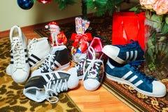 Chisinau, republika Moldova, Styczeń - 04, 2016: sneakers megagwiazda firma Adidas na tle choinka Zdjęcie Royalty Free