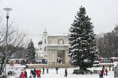 Chisinaus大广场。 圣诞树和曲拱 免版税库存照片