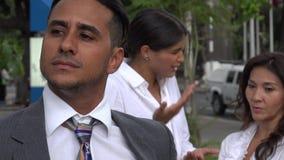 Chisme de las mujeres sobre el compañero de trabajo masculino almacen de metraje de vídeo