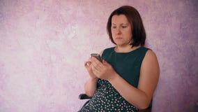 Chisme femenino mientras que se relaja en el sofá metrajes