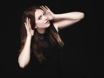 Chisme Mujer joven con las manos al oído que escucha Fotos de archivo