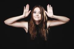 Chisme Mujer joven con las manos al oído que escucha Imagenes de archivo