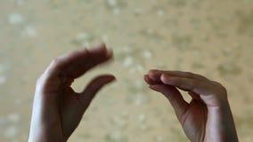Chisme o conversación entre dos manos metrajes