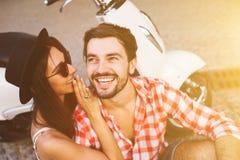 Chisme susurrante sonriente de los pares jovenes del inconformista Foto de archivo