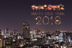 Chispa con el paisaje urbano de Tokio, Japón del fuego artificial de la Feliz Año Nuevo 2018 Foto de archivo libre de regalías